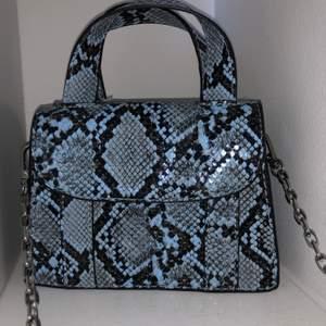 """Skitcool mindre väska från Zara med två """"fack"""". Använd fåtalet gånger men skicket är så gott som nytt! Lång kedja men jag brukar ha den kortare genom att stoppa in en bit kedja i själva väskan :) köparen står för frakt🥰"""