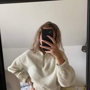 Säljer min super sköna lurviga tröja från Gina. Sparsamt använd. Priset kan diskuteras vid snabb affär, köparen står för frakt