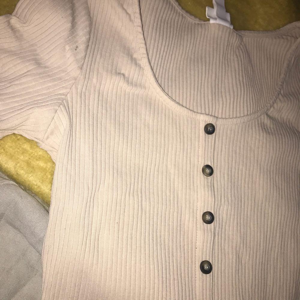 En bage knapptröja från hm i nyskick som just du behöver😜 i just din garderob👌🏻. T-shirts.