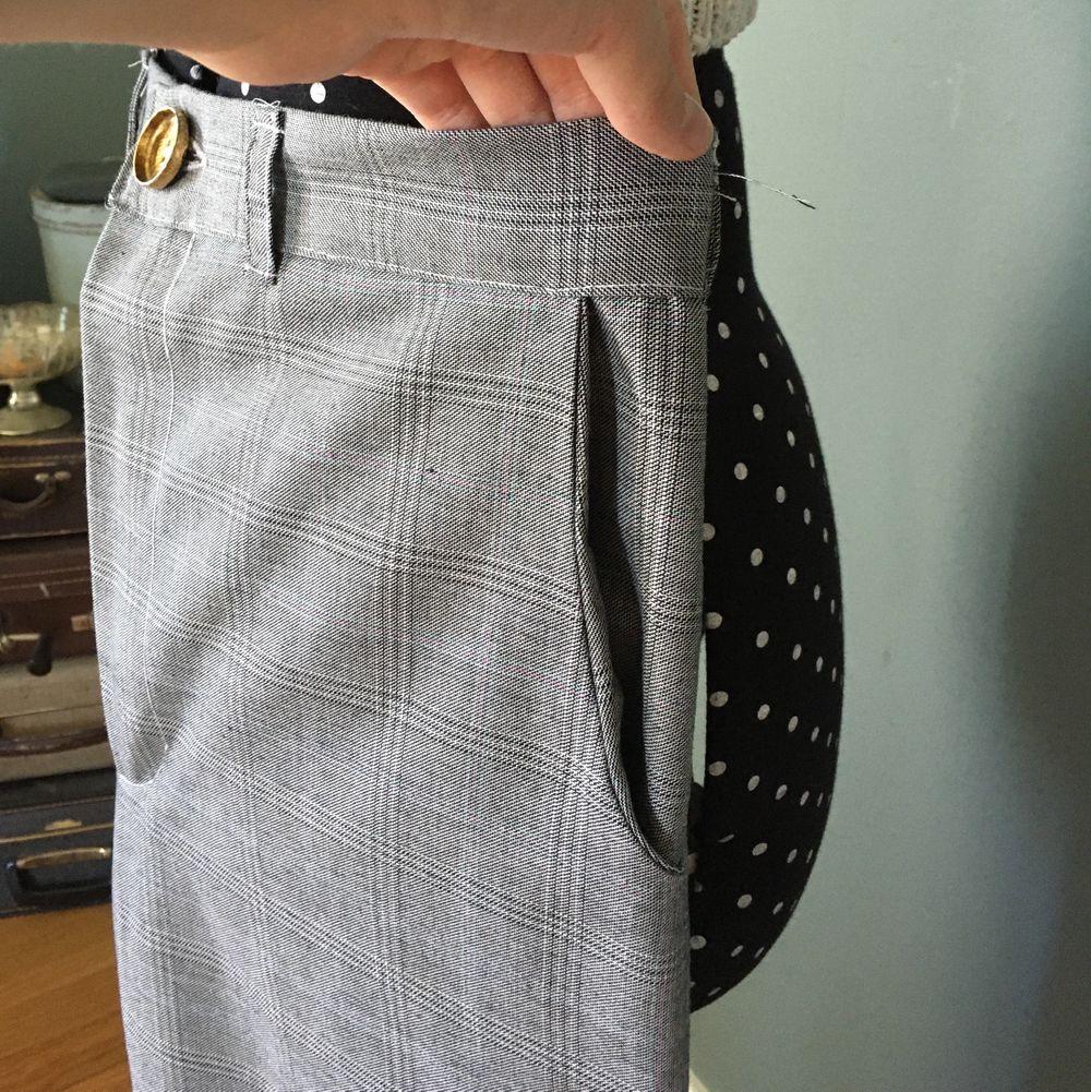 Egendesignade byxor, sydde till en kompis som ändrade sig🙃 men passar runt mina höfter (107cm) och sitter inte tight) stora i midjan för mig (77/78cm) . Kostymer.