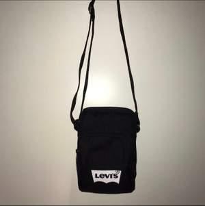 En snygg väska från levis (köpt på åhléns) i väldigt fint skick, bara använd ett fåtal gånger. Säljer för 150kr plus frakt