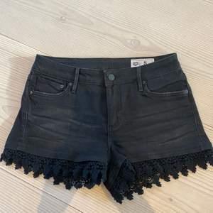 Svarta shorts med mönstrad kant i strl S knappt använda. Köpte dom för cirka 2 år sen, original pris 399kr.
