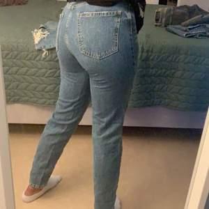 Säljer dessa jeans från Gina tricot i storlek 34. Kan frakta och mötas upp i Stockholm.