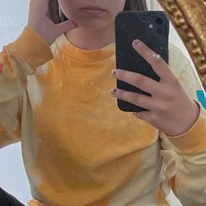 Jättefin tie dye tröja ifrån märket obey! Köpt på zalando!💘 knappt använd, storlek Xs men passar mig som brukar ha M nu för tiden💕 färgerna är mycket finare i verkligheten enligt mig, det står obey på ärmarna!🤩