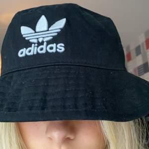 En buckethatt från Adidas (använd endast vid ett tillfälle och därav i väldigt fint skick!) Denna har tyvärr inte kommit till användning och därav säljs den.  Köparen står för frakt