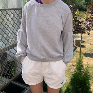 Säljer denna gråa sweatshirt med puffiga ärmar 💗 köpte i usa på tjmaxx. 💗 köparen står för frakten
