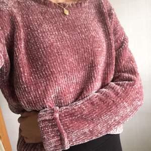 """Suupermysigt tröja från BikBok i gammelrosa färg och lite """"glansigt"""" material vilket ger tröjan lite """"skimmer"""" i ljus. Tröjan är i nyskick, bara använd några gånger! Kan mötas upp i Lund eller posta☺️"""