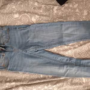 Ljusblåa jeans från Gina i modellen