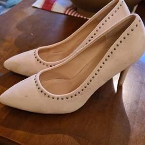Ljusa snygga  mocka skor  i storlek 40. Aldrig använda 150 kr med frakten inräknat.
