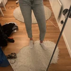 Blå momjeans från mango. Fint skick. För korta för mig som är 173 cm. Modellen på bilden är 174 cm. Köparen står för frakten🥰