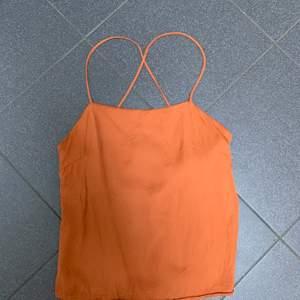 Ett linne från HM med cool snörning i ryggen, det är ett extra lager tyg vid brösten så går bra att ha utan bh