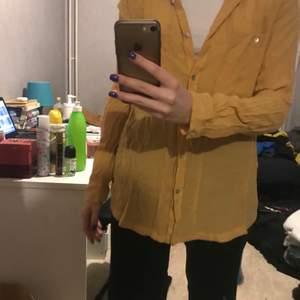 Gul skjorta som tyvärr inte kommer till     användning. 30kr
