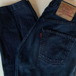 Säljer ett par mörkblåa raka levis jeans! Köpta på en vitange butik! De är uppsydda så de går att sprätta upp!