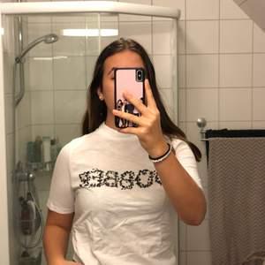 """Säljer denna fina t-shirten från dobber. Tycker på T-shirten säger """"Dobber"""".  Nästan aldrig andvänd!"""