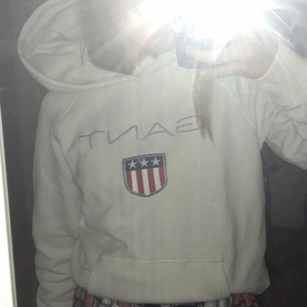 En Gant hoodie från Gant, använt få gånger och i bra skick men kommer tyvärr inte till användning💕Storlek Xs/S                                                                      Pris: 150💕hör av er för frågor och annat💕 . Huvtröjor & Träningströjor.