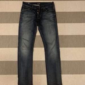 Snygga grå/blå jeans, nästintill oanvända då de var för små för min pojkvän. Modellen är slimfit/Glenn från jack&jones.Skriv för fler bilder eller mer info, finns möjlighet för frakt