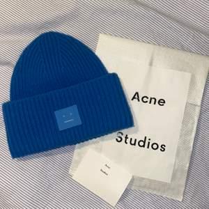 Säljer min helt nya Acne Studios mössa i färgen Aqua Blue som är helt slutsåld. Den är i nyskick, dustbag och kvitto finns kvar. Köpt på Acnes butik i Stockholm för ca 1100kr. Kontakta mig för fler bilder eller frågor! 💞