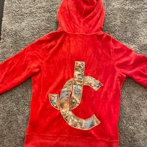 💖ÄKTA💖ni kan skicka bilder så kan jag visa äkthetsbevis om det skulle behövas haha❤️säljes pga inte min färg på kläder riktigt!🥴🥰väldigt vintage o så! Orange/röd sammetstyg (superskönt!!) och detaljerade bokstäver bak!☺️Inga skador vad jag kan se!👍Jag har storlek 34 men denna är 36 o passar mig perfekt!💖spårbar frakt på 63kr kan nog gå o fixa om så önskas!👍vid fler intresserade blir det budgivning!❤️