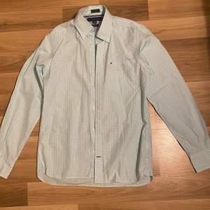 Säljer denna skjorta i strl xs från Tommy hilfiger. Den är i jätte bra skick. Tror det är en herrkläder men funkar även som dam. Självklart är den äkta. Undrar man över något så är det bara att kontakta mig.