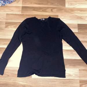 Säljer denna svarta tröja i strl m från addit. Den är i jätte bra skick. Undrar man över något så är det bara att kontakta mig.