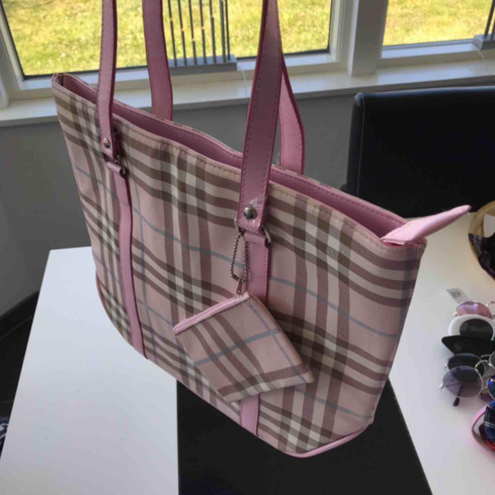 Super söt babygirl pastell rosa tartan y2k väska super fin! I topp skick!  Frakt 63 kr 💜. Väskor.