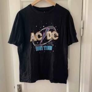AC DC t shirt från bershka! Small men är oversized så mer som en M