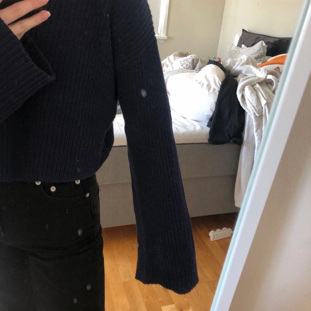 säljer denna tröja från Na-kd, fint skick men använd mycket därav priset som jag även kan tänka mig att gå ner med.❤️ frakt ingår ej. Toppar.