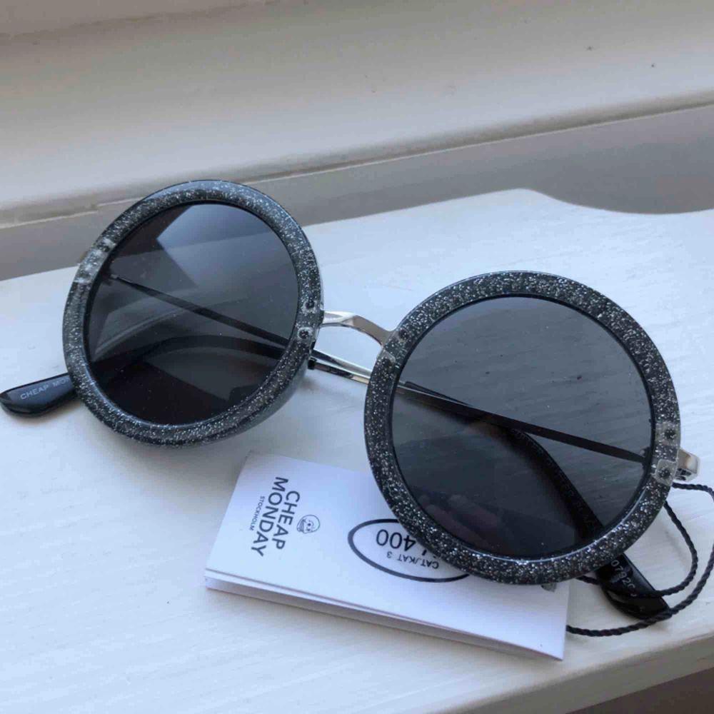 Coola, runda solglasögon med glitter i bågarna. Från Cheap Monday. Aldrig använda! Priset är inklusive frakt.. Accessoarer.