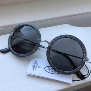 Coola, runda solglasögon med glitter i bågarna. Från Cheap Monday. Aldrig använda! Priset är inklusive frakt.