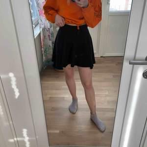 En svart kjol ifrån h&m i storlek xs. Fint skick trots att den har använts en del. Säljs då den Är för liten för mig🌻