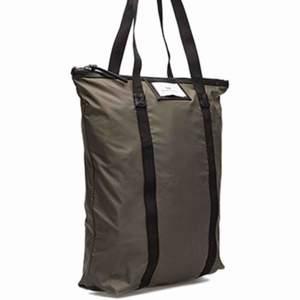 Säljer den första väskan, andra bilden visar färgen bättre! Märket är Day Et och är köpt på åhlens för 349kr. I väldigt bra skick, knappt använd. Frakt 55kr 😄