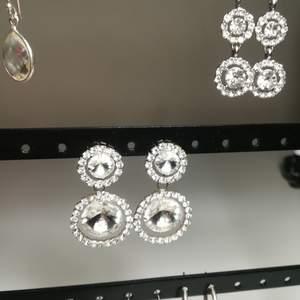 Snygga örhängen med strass tror de är köpta på glitter eller ur&penn