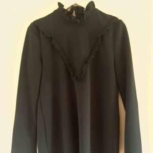 Kort klänning från Zara, utsvängda armar, 70tals stil. Mer olivgrön i verkligheten