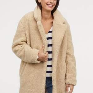 Superfin och skön oanvänd jacka/kappa från H&M, beige färg. Hänger bara  i min garderoben och kommer aldrig till användning. Nypris 699kr. Skickar gärna egna bilder vid intresse. Köparen står för eventuell fraktkostnad :)
