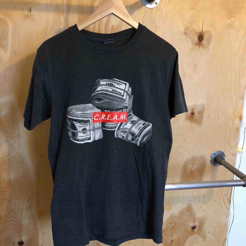 """En cool t-shirt från """"Mister Tee"""" köpt i Berlin för 199 kr, den är lite nopprig på sidan (se bild). Det är en herr S, jag är M. Frakt ingår . T-shirts."""