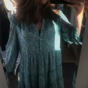 Super härlig klänning ifrån zara. Köpt i våras och använd en gång på skolavslutningen. Klänningen har lite volang upp till och har ett inner tyg.