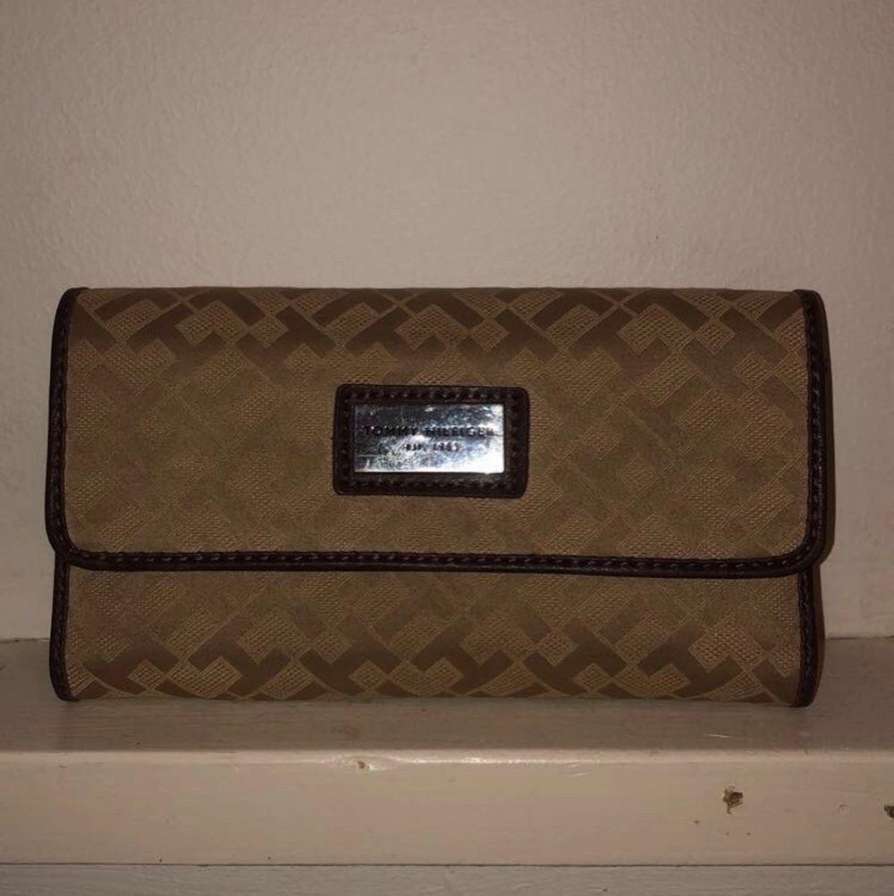 Plånbok, bra sick, knappt använd. Lite repor på metal-märket på framsidan. Väskor.