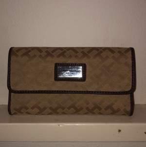 Plånbok, bra sick, knappt använd. Lite repor på metal-märket på framsidan