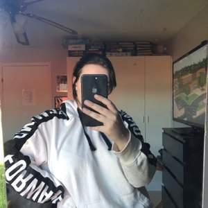 Fin vit hoodie, köpt på jack & jones. Använd lite strl XL sitter mer som en L