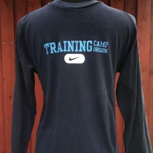 Oldschool superfet long sleeve tröja från Nike. Marinblå i bra skick! 🤩 Barn storlek L/152-158cm så vuxen storlek XS/S! Köparen står för frakten.