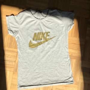 Cool nike T-shirt i grå och guld😍 Frakt tillkommer