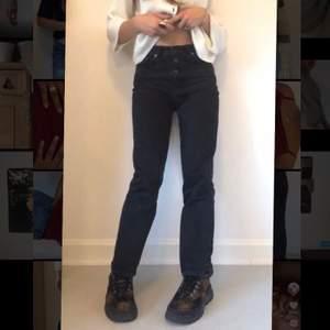 Svarta högmidjade jeans med knappgylf❤️                 Jag kan mötas upp (finns på Södermalm) eller frakta (köparen står för fraktkostnad)