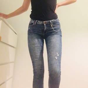 Säljer skinny jeans från bershka i bra skick. Mina favorit jeans som tyvärr har blivit för små så hoppas att någon vill fortsätta använda dom. Super skinny, regular waist i storlek 34. Köptes i Portugal. Kedjan samt frakt ingår inte, kan ses i sthlm