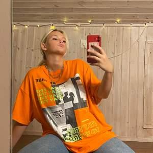 Jättecool orange t-shirt från Shein som jag inte använder. Använt 1 gång. Färgen är mycket starkare i verkligheten än på bilderna.