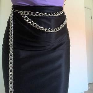 Säljer min kedja som man har i midjan! Aldrig använd så i jättebra skick🥰🥰🥰 jätteball detalj att ha i sin outfit verkligen!! Köpt från nelly.com💖