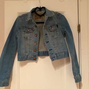 Jeansjacka med knappar i roséfärg från Crocker, fint skick. Kan skickas om köparen står för frakten (63 kr). 😊