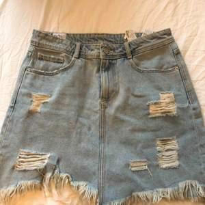 Säljer en jeans kjol🤗köparen står för frakten, pris kan diskuteras vid snabb affär