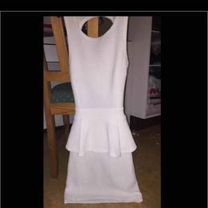 En vacker klänning med en fin volang runtom samt en vacker detalj i ryggen. Denna skulle passa perfekt till studenten eller andra ändamål