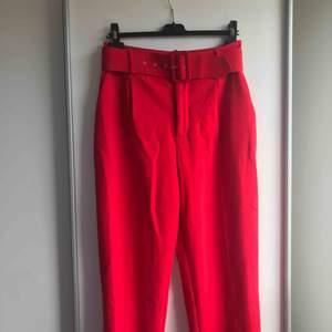 Röda kostymbyxor från Zara strl M, så sköna och mjuka och sitter jättebra! Frakt ingår!