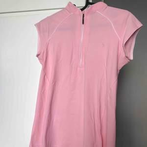 Casall tröja jätte skönt material och luftigt!